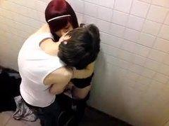 Flagra esposa pagando boquete no banheiro Shopping