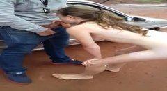 Jovens foram flagrados fodendo atras do carro