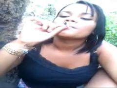 Maconheira fumando maconha e pagando boquete