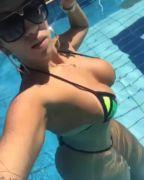 Rafaela Melo mostrando rabo grande de fio dental na piscina