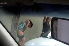 Flagrou Fernanda Freitas mijando no banheiro do bar