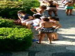 Mulheres flagradas mijando em banheiros e lugares públicos