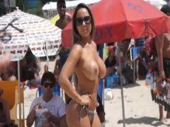 Entrevistando Mulher Melão com peitões de fora no carnaval