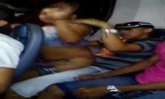 Flagra mulher safada liberando buceta no ônibus com passageiro