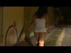 Filmando esposa bunduda levantando vestido mostrando bunda grande