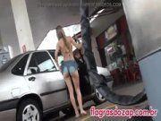 Mina branquinha saindo do carro de short mostrando bunda perfeita