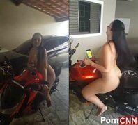 Amador morena super gostosa ostentando pelada sentada na motona
