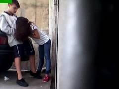 Pegou flagra amiga assanhada pagando boquete atras da escola