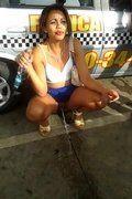 Carioca chapada maluca abriu perna mijando sem calcinha na rua
