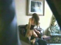 Pegando no flagra prima safadinha transando com namorado no sofá
