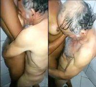Velho tarado fazendo pornozinho com novinha no banheiro do motel