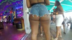 Mulheres ousadas usando shortinho com traseiro inteiro de fora