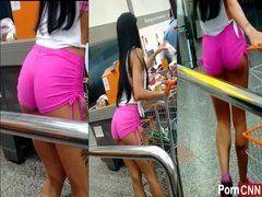 Filmando escondida morena de short mostrando parte da bunda - http://festinhasbrasil.com