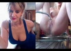 Coroa safada lavando buceta na pia da cozinha na frente da webcam
