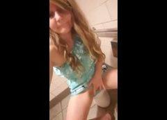 Vídeo novinha loirinha masturbando tocando siririca dentro do banheiro