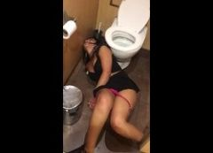 Video gostosa bêbada com calcinha no joelho no chão do banheiro