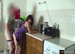 Video comendo a madrasta na cozinha enquanto papai esta fora