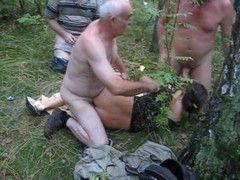 Video coroa tarado comendo puta na floresta na suruba com os amigos
