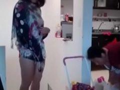Mãe pegou no flagra a filha putando fazendo safadeza na sala