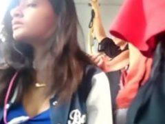 Novinha safadinha dando umas olhadinhas para minha pica no ônibus