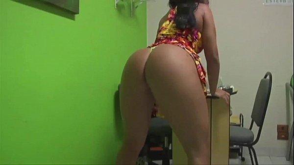 famosa Andressa Soares rebolando a bunda grande de vestido florido