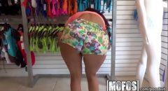 porno vendedora gostosa fodendo no provador de roupas com cliente