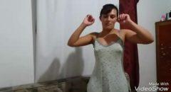 brasileira Cacau exibindo o rabo gostoso de vestidinho curto